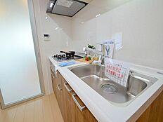 キッチンはクリナップ製ラクエラシリーズ。大きなキッチンでお料理も楽しい。