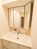 三面鏡にもなる洗面化粧台は、清潔感がありCCC毎朝のメイクにも便利です