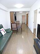 約13.4畳のLDK。バルコニーに面した明るいお部屋です。