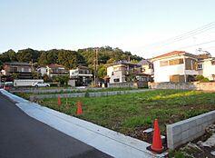 緑豊かな閑静な住宅地の3方角地。土地面積ゆとりある約63.41坪。陽当り・通風良好。