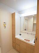 洗面台は多くな三面鏡がついていますので朝の身支度も並んでできちゃいます。洗面台の両サイドに収納棚があり、洗剤のストックなどたくさん収納できます