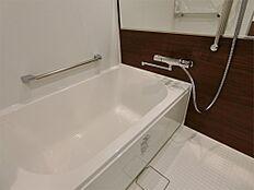 浴室換気乾燥機付き・保温浴槽のバスルームです。