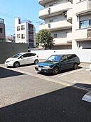 駐車場は現在空きがあります。月額2万円で借りられます。