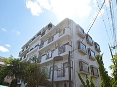 緑豊かな周辺環境に、太陽の光を浴びて気持ちよさそうなマンションが佇んでいます。