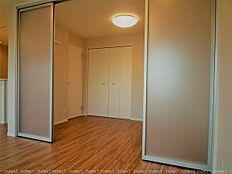 リビングからも出入りできる洋室 間仕切り開け開放的にお使いいただけるお部屋です 5.2帖