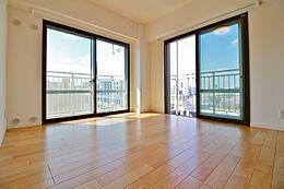 6階の角部屋角部屋の特徴の開放感のある光を感じられる空間ですマンションのウィークポイントの居室が暗さを感じさせません