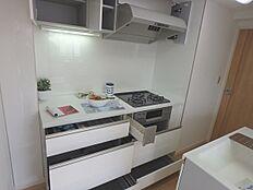 機能的なキッチンは背面にシンクがございます。