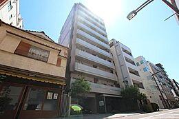 JR総武本線「両国」駅徒歩6分。都営大江戸線・都営新宿線「森下」駅徒歩10分。