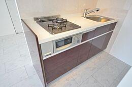 使いやすいシステムキッチン。 新規交換済み。 広々とした調理スペースも魅力です