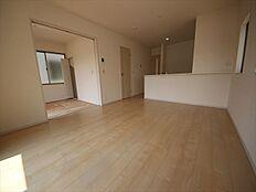 隣接する和室を合わせると19.5帖の大空間。窓がたくさんあり、陽射しがたっぷり
