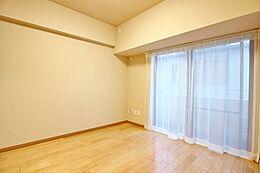 約5.0帖の洋室。全室フローリングとなります。クローゼット付き。