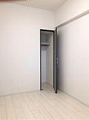 約3.9帖の洋室。こちらもクローゼットがあるので物や服などの整理ができてお部屋のスペースも有効活用。