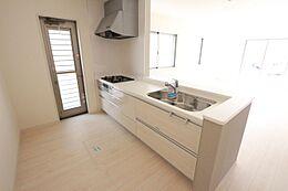 便利な勝手口を設置。床下収納庫もありますので散らかりがちなキッチンがすっきり片付きます。