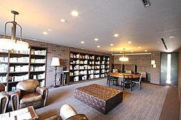高級感を感じさせる書斎のような共有部分。本マンションの所有権を「持っている方の特権です。自由に使えて落ち着きを感じる空間です。