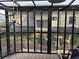 LDK全面にウッドデッキに、サンルームの外側にもイスとテーブルが置けるほど広々としています。