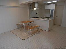 キッチンは対面式に配置 お料理しながらリビングダイニングと会話が弾みます