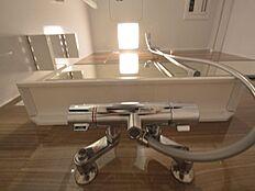 浴室換気乾燥機付なので、雨の日でも洗濯物を干せます。カビの抑制にも効果的です。
