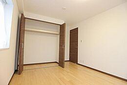 約7.2帖の洋室。クローゼット付き。全室フローリングとなります。
