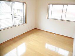 リフォーム済。2階南東洋室です。天井と壁のクロスを張り替えて、床はフローリングに張り替えました。ちょっとした収納もありがたいですね。