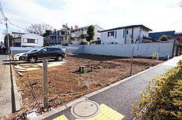東急東横線「都立大学」駅より徒歩約13分。環境の良い柿の木坂の住宅地に位置する物件です。徒歩10分以内の距離に駒沢オリンピック公園もあり、緑豊かな地域です。