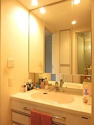 リネン庫が付いた洗面室、三面鏡付洗面台