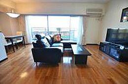 対象不動産の専有部の広さは70.87平米です。画像は和室からリビングダイニングを撮影。