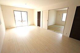 和室と合わせて24帖の大きな空間です。南向きで陽当たり重視のお客様にもきっとご満足頂けます。