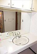 洗面スペースも広さがあります。上部に棚もあり便利な造りです。