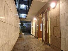 エントランスの入口です。特に夜は雰囲気があります。コンパクトマンションでありながら高級感が溢れています。