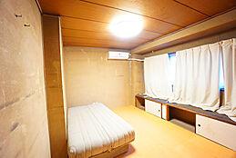 収納の上を棚として使える便利な居室です。