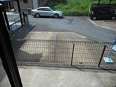部屋から見た駐車スペースの様子です。