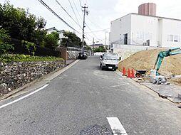 前面道路は開発分譲地に住む方のみ利用する幅員も6mの道路のためお車の出し入れもしやすいです。