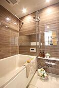 やわらかな印象を感じさせる木目が美しい鏡面仕上げの壁面パネル。温かみのある雰囲気は安らぎと癒しの空間。節水型ながらたっぷりの浴び心地を体感できるワインシャワーを採用しました