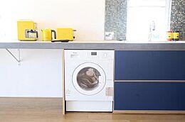 キッチンカウンター下にはビルトイン洗濯乾燥機も設置
