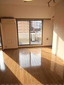 6階のお部屋 バルコニーに面した開口部が大きく開放的な室内です