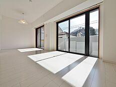 大きな窓からたっぷりと陽光が注がれる明るい空間。家族の成長に対応できる永住仕様の間取り。