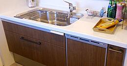 嬉しい食洗機付きで炊事も捗る便利なカウンター付