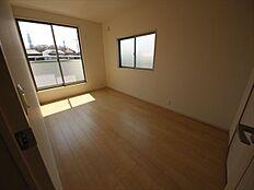 主寝室ゆとりの7.5帖。収納豊富です
