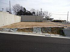 前面公道で約6m有ります。側溝も蓋が有り、道路も広く感じます