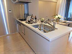 キッチンは対面式に配置しました 浄水器&食洗機内蔵 ディスポーザーもついてます