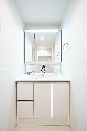 3面鏡の洗面台...