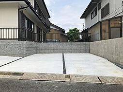 駐車スペースは並列2台と横付け1台で計3台駐車可能です。(1)