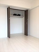 約5.8帖の洋室でリビングの隣に位置しています。可動間仕切りなので、開けば開放感があり広々しますね。
