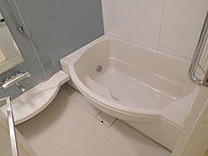 オーバル型の浴槽のバスルームゆったりくつろげそうです
