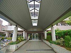オートロックのマンション。浴室乾燥機付き、移動の少ないL型キッチン、2.6m以上の高い天井など、暮らしやすい邸宅です。