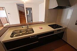 システムキッチンは、奥さまの思いの「ゆとり」サイズをセレクトしました。吊り戸には耐震ラッチ、キッチンカウンター下には大容量の収納スペースを確保。キッチンに立つのがますます楽しくなること間違いありません