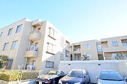 当物件は3階建て低層マンションの3階部分に在り、交通量が少なく周辺に高層マンションのない穏やかな周辺環境となっております。