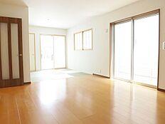 現地写真、全室ペアガラスの快適リビング