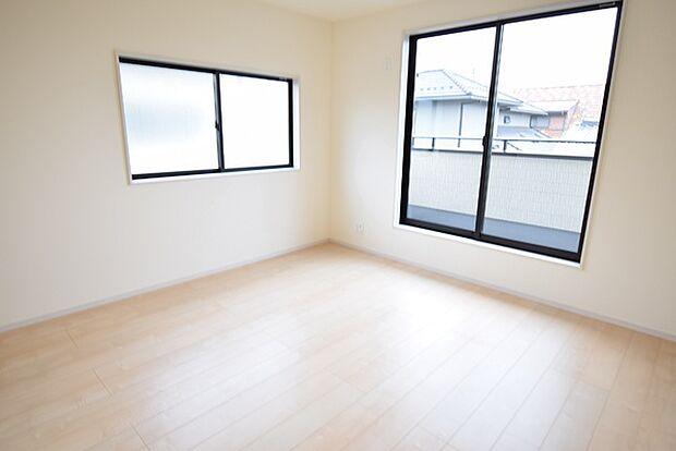 2階8帖洋室。窓が大きく明るい光が差し込みます。ベッドの他、テレワーク用のデスクを悠々置ける広さです。