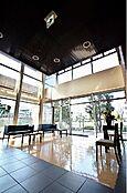 (ロビー)このマンションならではの贅沢な空間。ゆとりある暮らしと心地よい住環境が紡ぐ贅沢な時間をご家族でお過ごしくださいませ。
